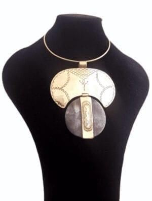 Collier en bronze et corne